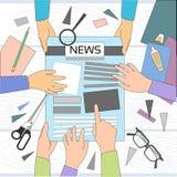 Nachrichtenredakteur Desk Workspace, die Zeitung machend, die Artikel-Schreibens-Journalisten Mannschaft herstellt, übergibt Team Stockfotografie