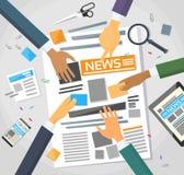 Nachrichtenredakteur Desk Workspace, Zeitung machend Lizenzfreie Stockfotos