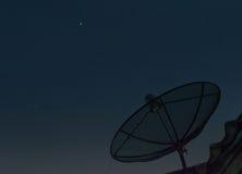 Nachrichtensatellit im Platz lizenzfreie stockfotografie