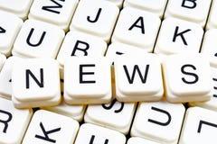 Nachrichtentiteltext-Wortkreuzworträtsel Alphabetbuchstabe blockiert Spielbeschaffenheitshintergrund Weiße alphabetische Buchstab Stockfotos