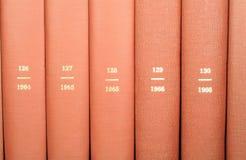 Nachschlagbücher auf Regal Stockfoto
