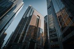 Nachschlagenweitwinkelansicht über Glaswolkenkratzer stockfotografie