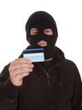 Nachsinnen über des Einbrechers Holding Credit Card Stockfoto