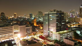 Nachtüberdachen helle Bangkok-Stadtverkehrsstraßen Spitzenzeitspanne des panoramas 4k Thailand stock footage