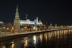 Nacht über dem Moskau der Kreml. Ansicht des Vodovzv Stockfotos