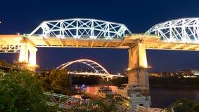 Nacht überbrückt Cumberland River Nashville Tennessee lizenzfreie stockbilder