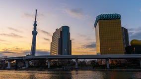 Nacht aan de tijdspanne van de dagtijd van de horizon van Tokyo op Sumida-Rivier, Japan stock footage