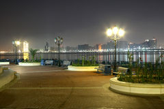 Nacht in Abu Dhabi Stock Afbeeldingen