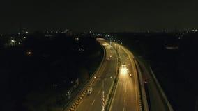 Nacht arial schot van een stadsbrug stock videobeelden