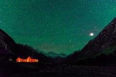Nacht-Astro-Landschaft des Kampierens in Chitkul - Kinnaur-Tal, Himachal Pradesh stockbilder