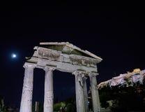Nacht in Athen Griechenland, der Eingang des römischen Forums und des Akropolishügels Lizenzfreies Stockfoto