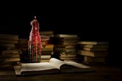 Nacht, Bücher, Kerze Stockfotos