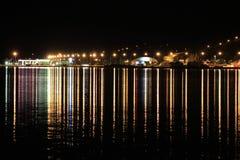 Nacht beleuchtet Küstenstadt in Island Stockbild