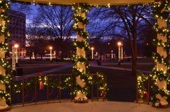 Nacht beleuchtet Weihnachtsdekorationen Stockfotografie