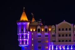 Nacht belichtete Fassade von Bogatyr-Hotel, Sochi, Russland Stockfotos
