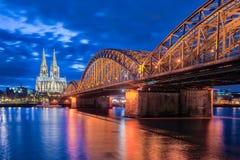 Nacht bij de Kathedraal van Keulen in Keulen, Duitsland Royalty-vrije Stock Foto