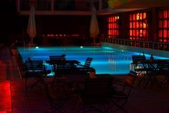 nacht bij de pool stock afbeeldingen