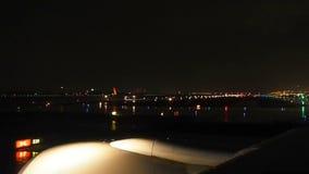 Nacht bij Suvarnabhumi-Luchthaven in de regen stock video