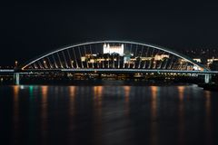 Nacht-Bratislavas dominants, Schloss und Brücke stockfotografie