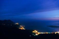 Nacht Budva, Montenegro Die neue Stadt, die Ansicht vom höchsten Stockfotos