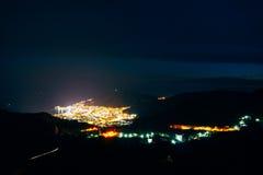 Nacht Budva, Montenegro Die neue Stadt, die Ansicht vom höchsten Lizenzfreies Stockbild