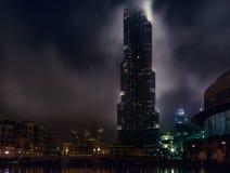 Nacht Burj Khalifa in den Wolken dubai lizenzfreie stockfotografie