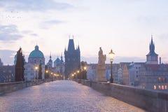 Nacht Charles Bridge in de Tsjechische Republiek van Praag De oriëntatiepunten van Praag royalty-vrije stock afbeeldingen