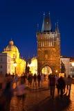 Nacht Charles Bridge in Praag royalty-vrije stock afbeeldingen