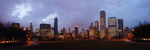 Nacht-Chicago-Skyline vom Jahrtausend-Park Lizenzfreie Stockfotos