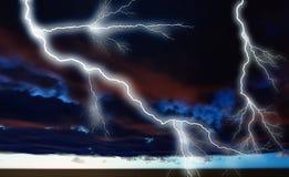 Nacht cloudscape met het sterke bliksem 3d teruggeven Royalty-vrije Stock Afbeelding