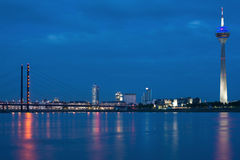 Nacht DÃ ¼ sseldorf Royalty-vrije Stock Foto's