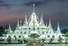 Nacht, de lichtenpagode wat asokaram, Pagodetempel Thailand Stock Fotografie