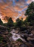 Nacht in de rivier stock afbeeldingen