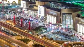 Nacht de van de binnenstad van Doubai timelapse en verkeer dichtbij wandelgalerijingang, de V.A.E stock footage