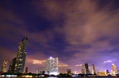 Nacht de van de binnenstad van Bangkok onder clounds, Thailand Stock Foto