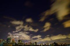 Nacht de van de binnenstad van Bangkok onder de wolken, Thailand Stock Fotografie