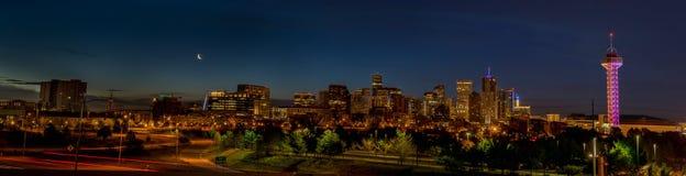 Nacht-Denver-Skyline mit sichelförmigem Mond und blauem Himmel Lizenzfreie Stockbilder
