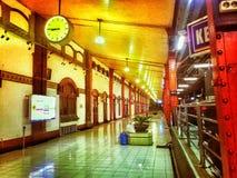 Nacht an der Bahnstation lizenzfreie stockbilder