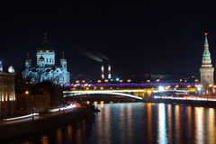 Nacht der Kreml und Brücke Lizenzfreie Stockfotos