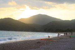 Nacht, die über Fethiye, Oludeniz-Strand fällt Lizenzfreie Stockfotos