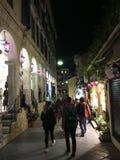 Nacht die door de stad van Korfu wandelen Stock Foto