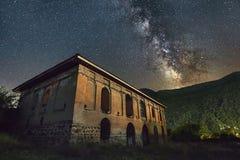 Nacht die in dorp wordt geschoten stock afbeelding