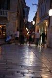 Nacht die in Dubrovnik, vaag Kroatië winkelt - Stock Afbeeldingen
