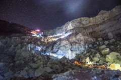 Nacht die een klip, de Vulkaan van Kawah beklimmen Ijen Royalty-vrije Stock Foto