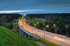 Nacht, die im Wald eine Straßenüberführung beleuchtet Stockbilder