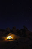 Nacht, die in Joshua Tree National Park kampiert Stockfotos