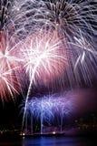Nacht die met Vuurwerk wordt behandeld Stock Foto