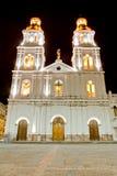 Nacht die van een kerk van Cuenca, Ecuador is ontsproten Royalty-vrije Stock Foto's