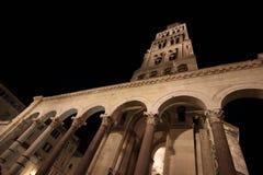 Nacht-Diocletian-` s Palast in der Spalte lizenzfreie stockfotos