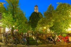 Nacht Dom Tower en brug, Utrecht, Nederland Royalty-vrije Stock Foto's